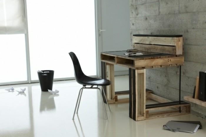 modele-tres-elegant-de-bureau-en-palette-facile-a-fabriquer-chaise-noire-ambiance-depouille