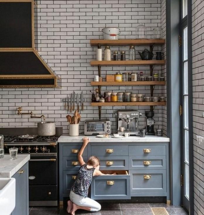 mur-carrelage-blanc-etagere-industrielle-et-deco-industrielle-surchargee-d-elements-decoratifs-sol-carrelage-gris