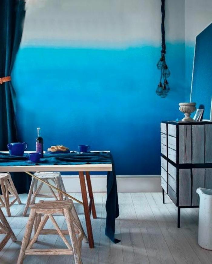 mur-en-bleu-fonce-table-en-bois-clair-mur-bleu-blanc-effet-ombre-sol-en-bois-clair