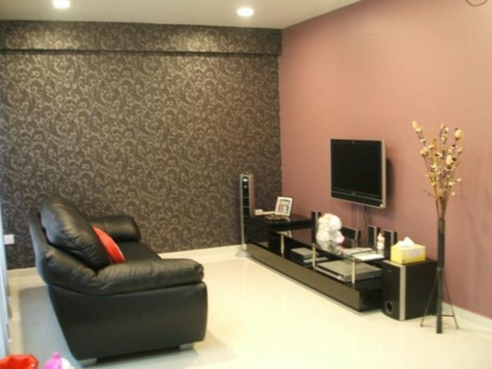 mur-en-rose-fonce-mur-en-papier-peint-marron-fonce-canape-cuir-noir