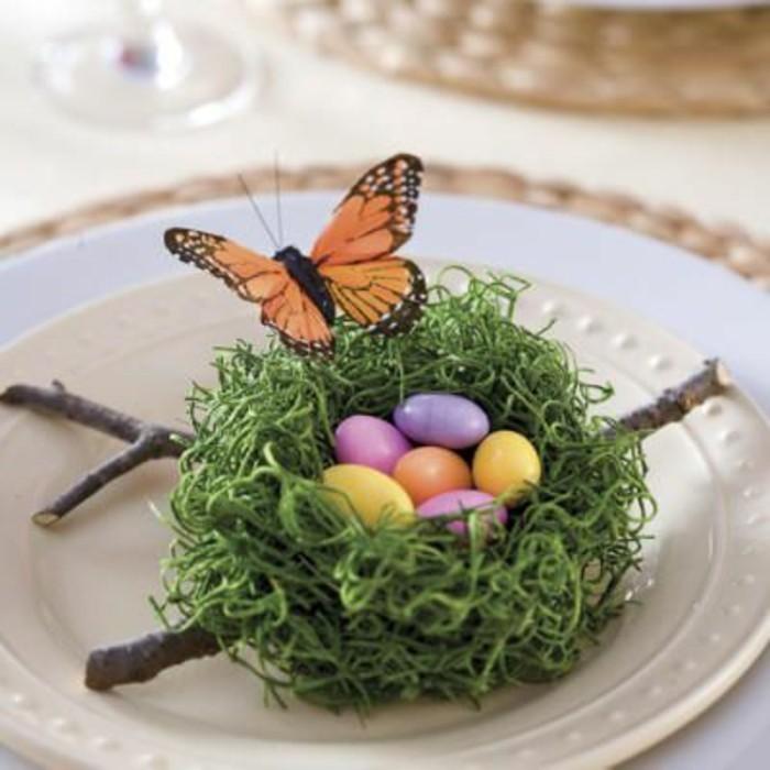 nid-vert-oeufs-multicolores-et-joli-papillon-perche-sur-le-nids-deco-de-paques-formidable