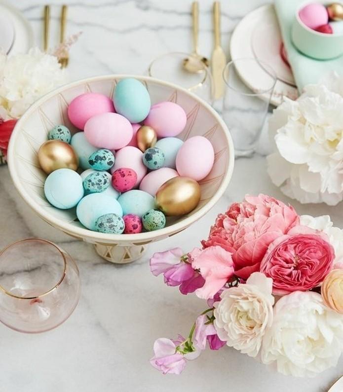 oeufs-multicolores-de-taille-differente-bouqet-de-fleurs-fraiches-decoration-de-paques-tres-jolie