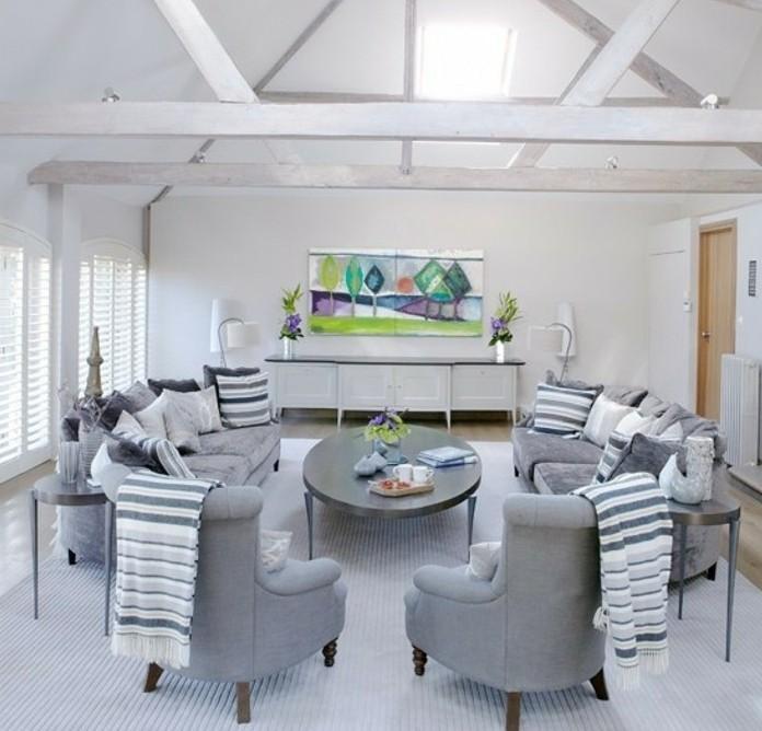 peinture-murale-blanche-et-canapes-gris-et-fauteuils-gris-tableaux-interessants-tapis-blancs