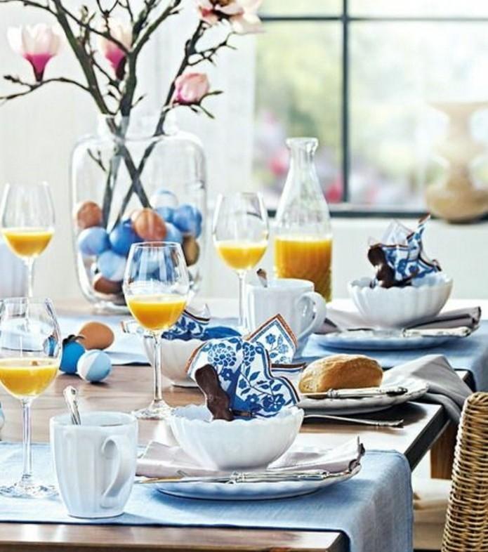 petit-dejeuner-de-paques-deco-table-paques-geniale-en-bleu-table-decoree-avec-du-style