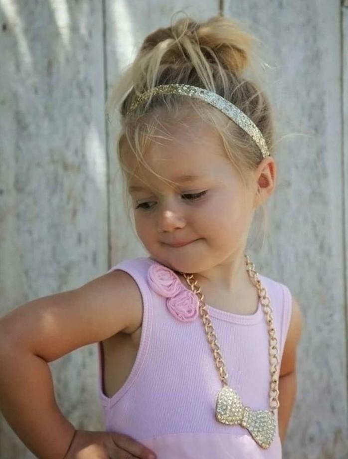 petite-demoiselle-avec-une-coiffure-bebe-fille-chognon-decoiffe