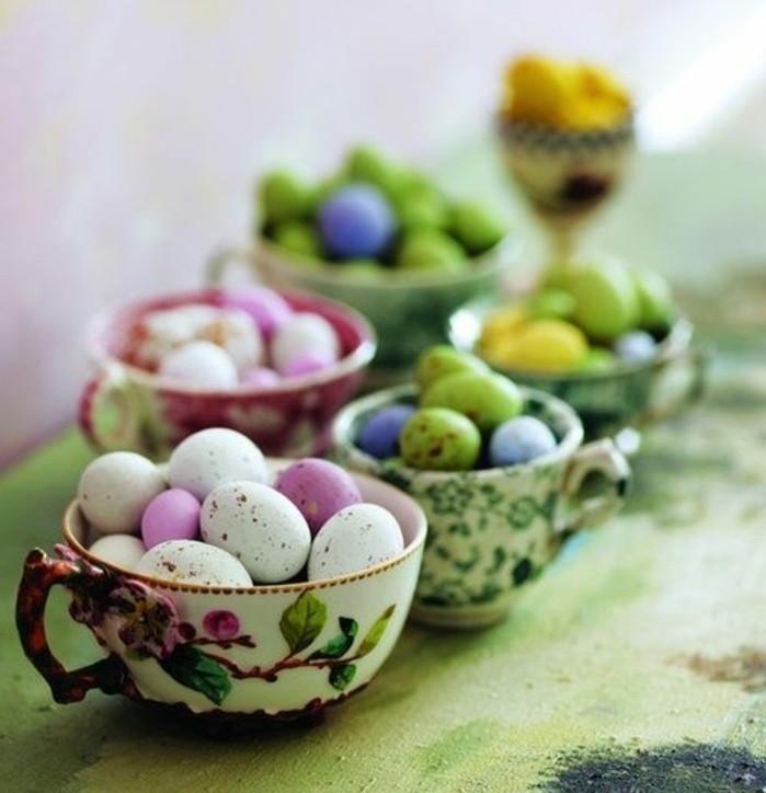 petites-tasses-de-the-vintage-tres-jolies-pleines-d-oeufs-de-differente-couleur
