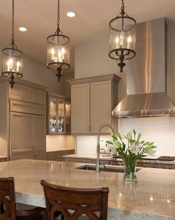 placards-cuisine-taupe-et-magnifique-ilot-de-cuisine-avec-un-plan-de-travail-en-marbre