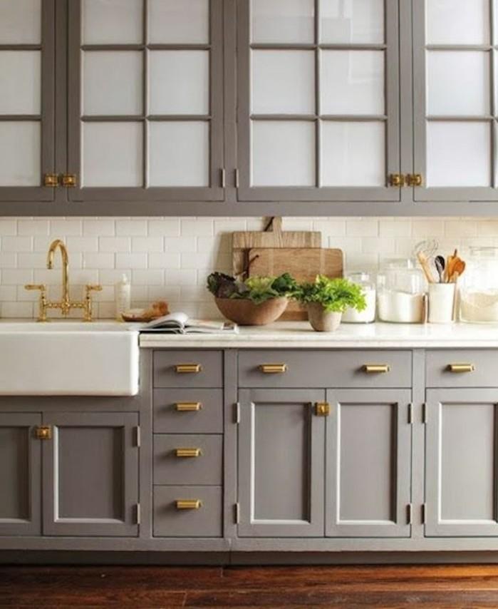 placards-meuble-de-cuisine-taupe-vasque-a-encastrer-jolis-elements-deco-dores-plan-de-travail-blanc