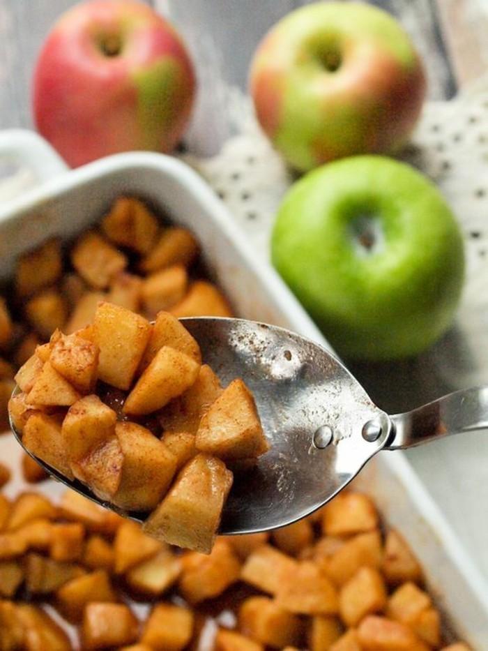 pommes-au-four-coupees-en-morceaux-dessert-rapide-et-facile