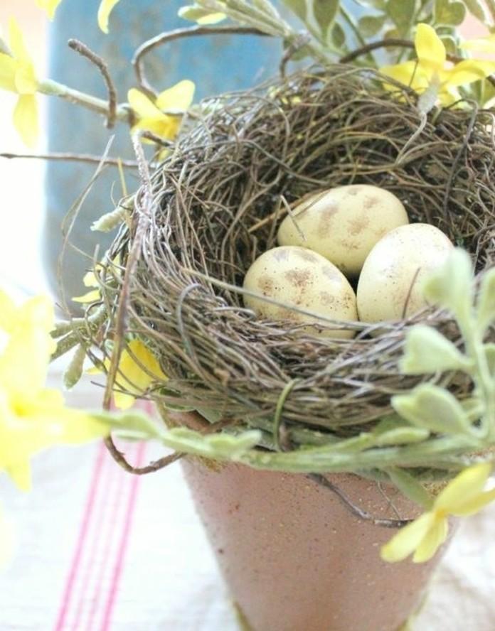 pot-de-fleur-coiffe-d-un-nid-rempli-d-oeufs-fleurs-jaunes-tres-douces