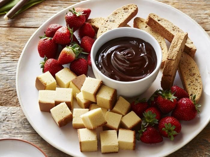 preparer-un-repas-romantique-idee-repas-st-valentin-superbe-fraises-et-chocolat