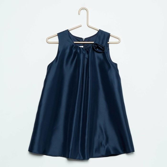 robe-de-fete-fille-kiabi-bleu-marine-avec-une-petite-fleur-en-tissu-sur-le-col-resized