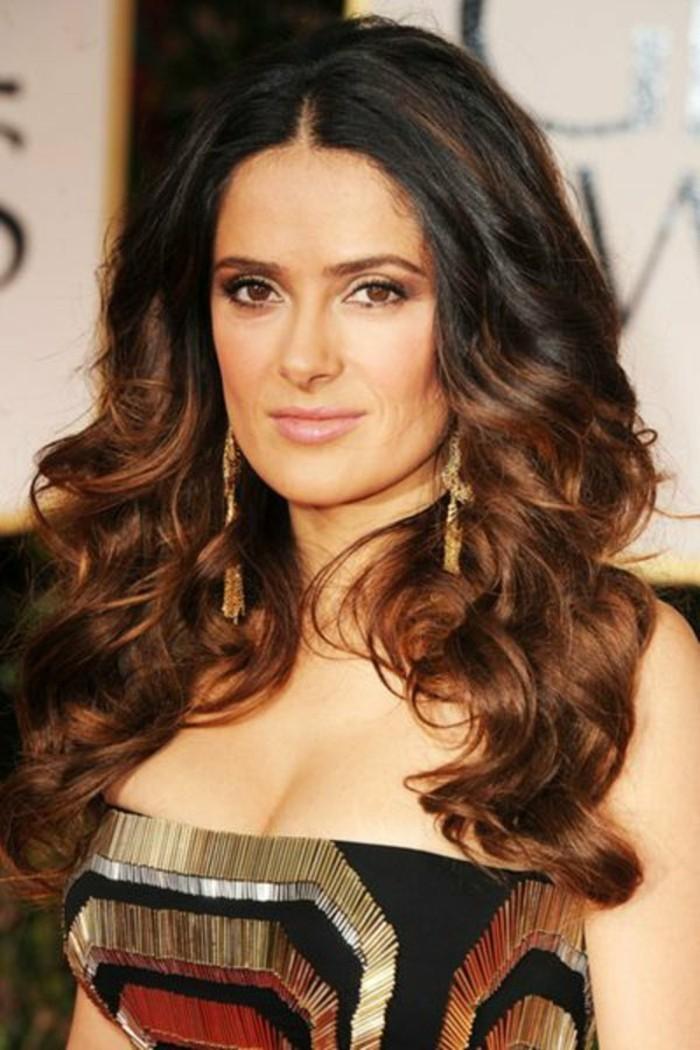 salma-hayek-cheveux-couleur-marron-glace-maquillage-discret-la-couleur-de-cheveux-des-stars-hollywood
