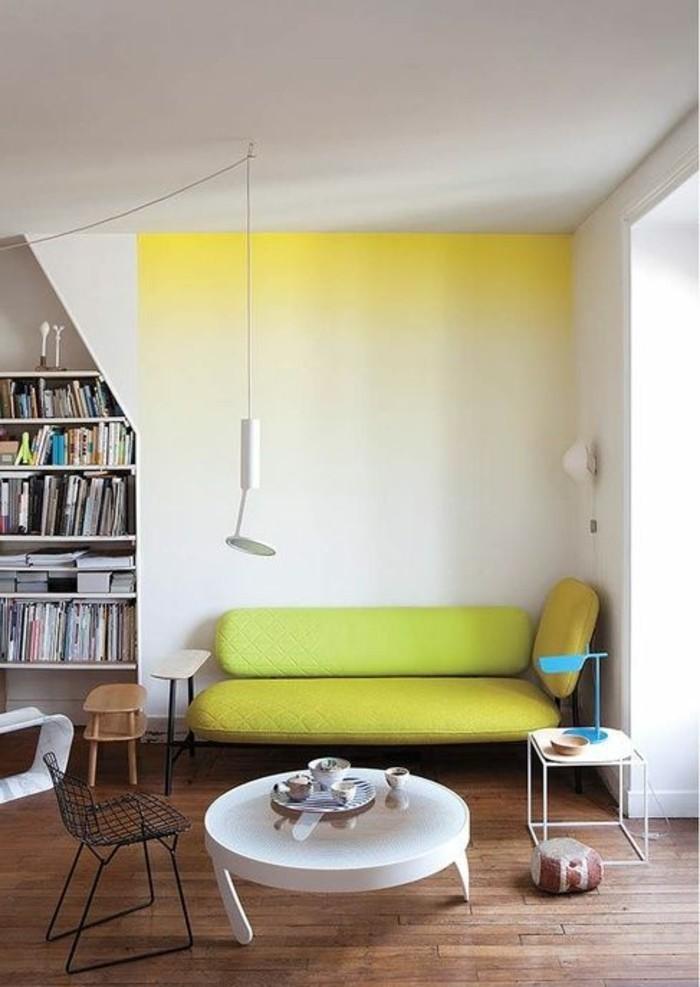 salon-beige-et-jaune-canape-beige-sol-en-parquet-fonce-table-basse-rond-chaise-en-fer-noir