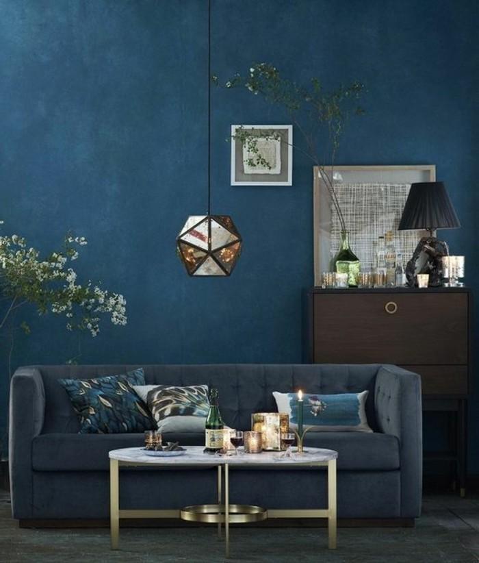 salon-couleur-bleu-fonce-canape-gris-meuble-massif-en-marron-fonce-table-basse-salon