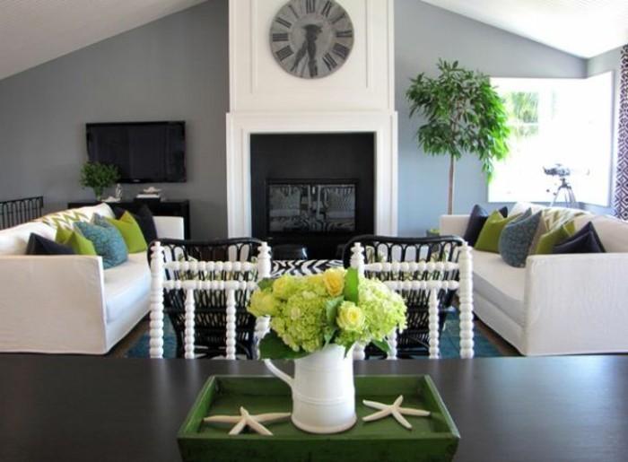 salon-gris-et-blanc-deco-combinee-avec-des-accents-verts-peinture-murale-grise-canapes-et-cheminee-blancs