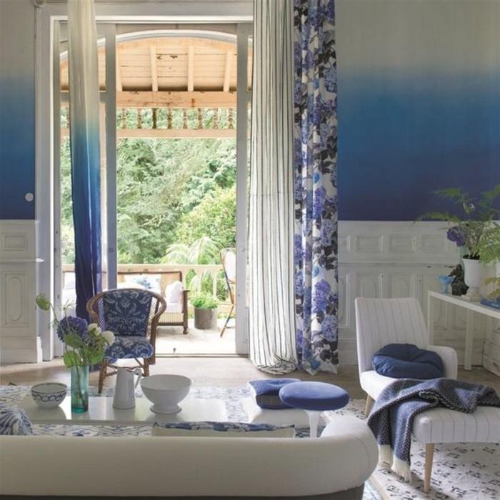 salon-mur-en-blanc-et-bleu-canape-beige-table-basse-en-verre-rideuax-motifs-shabby-chic