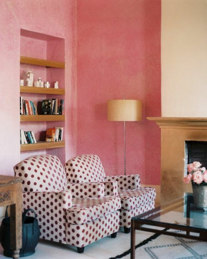 salon-mur-en-rose-fauteuil-a-points-lampe-de-lecture-beige-clair-mur-rose-table-basse-en-verre