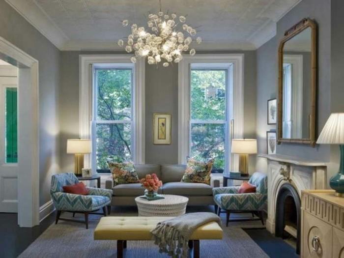 salon-taupe-tres-accueillant-fauteuils-a-motifs-geometriques-lustre-design-originale-et-quelques-accents-floraux