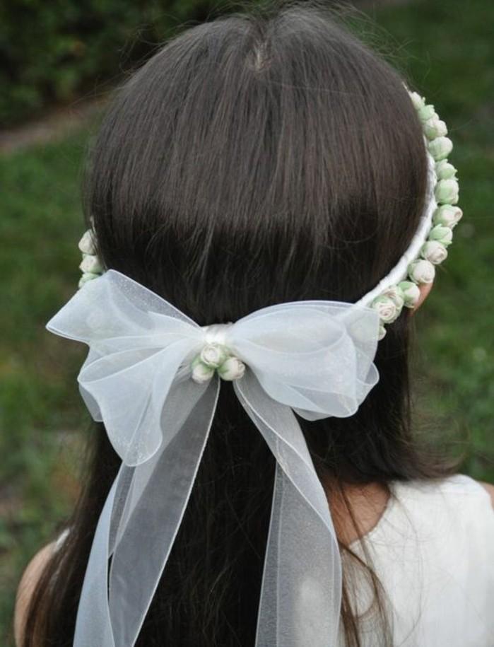 simple-coiffure-communion-cheveux-laches-et-magnifique-couronne-de-fleurs