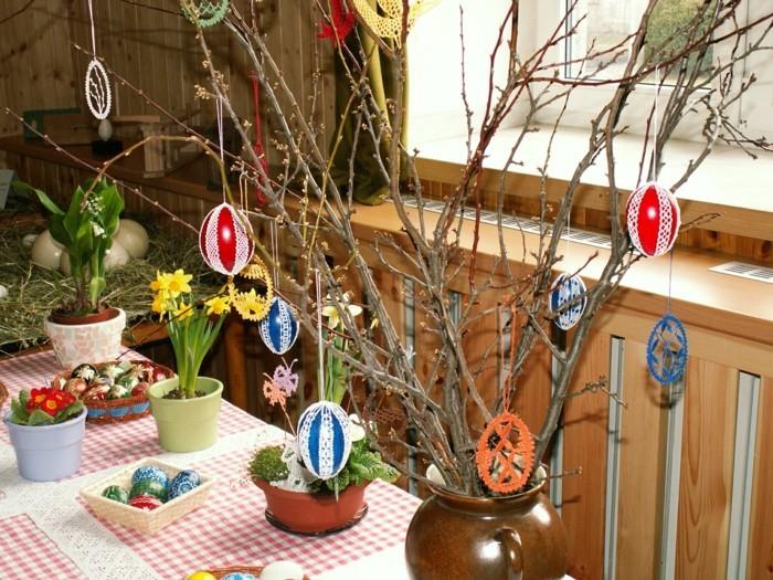 splendide-deco-table-paques-avec-de-jolis-elements-decoratifs-fleurs-et-oeufs