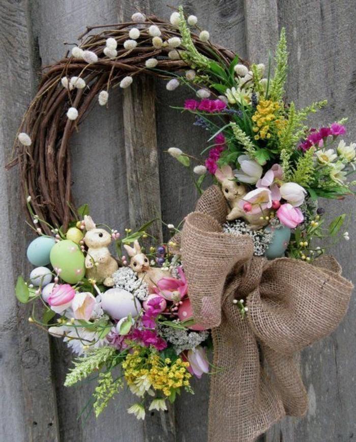 sublime-couronne-de-fleurs-petites-figurines-de-lapins-couleurs-joyeuses-superbe-idee-deco-paques