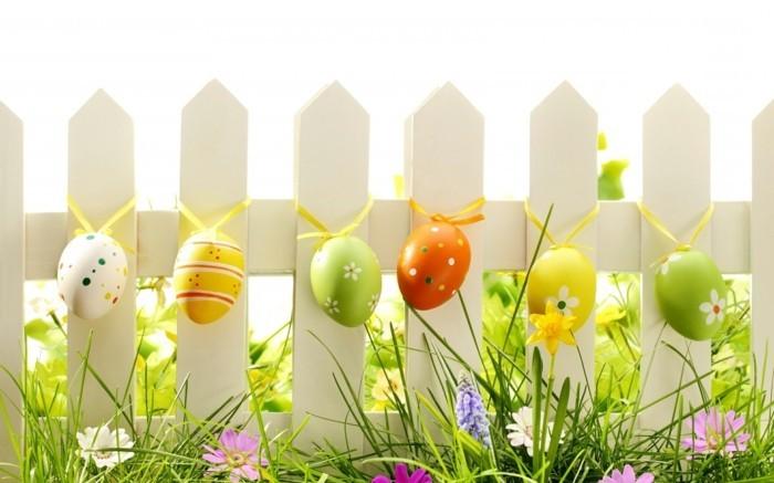 suggestion-deco-paques-tres-artistique-oeufs-colores-suspendus-a-une-palissade-superbes-fleurs