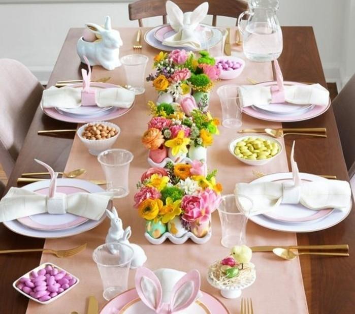 suggestion-extremement-sympa-pour-votre-deco-paques-tres-beau-centre-de-table-compose-de-supports-remplis-d-oeufs-colores-couverts-de-fleurs