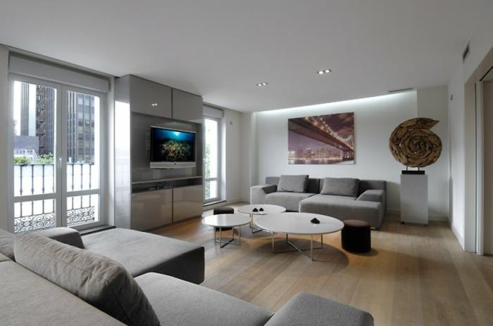 suggestion-tres-moderne-et-design-amenagement-salon-en-gris-et-blanc-canape-et-meuble-tv-gris-peinture-murale-blanche-et-tables-a-cafes-blanches