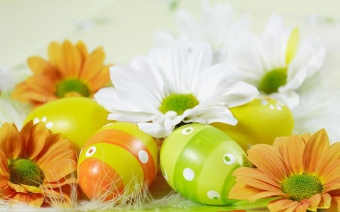 superbe-assemblage-de-fleurs-et-oeufs-colores-idee-simple-deco-de-paques