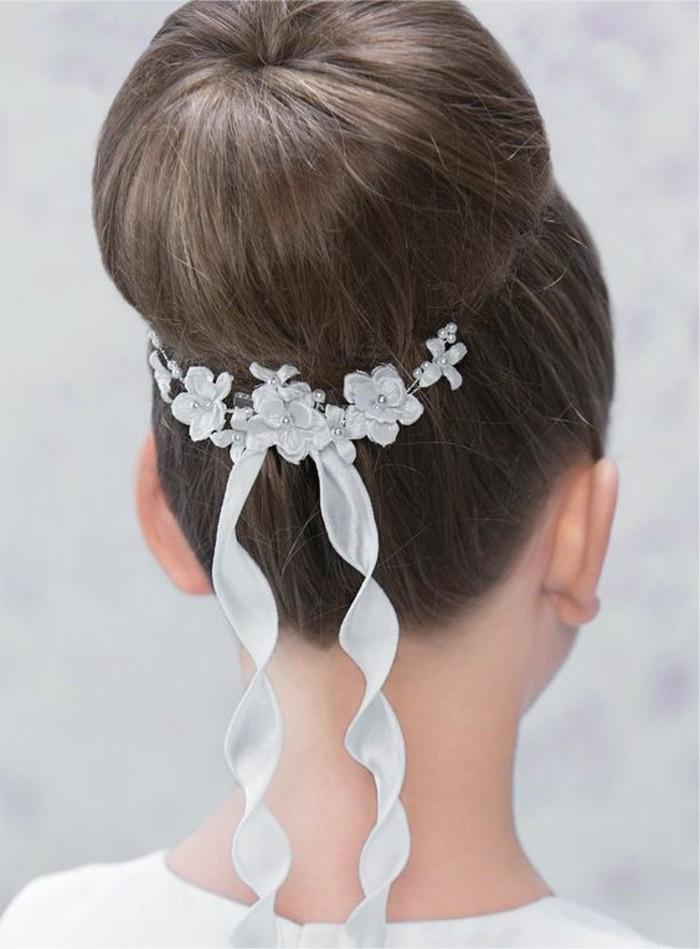 superbe-chignon-petite-fille-avec-un-beau-accessoire-tres-style-idee-coiffure-communion-moderne