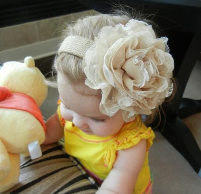 superbe-coiffure-petite-fille-avec-un-bandeau-de-tete-pare-d-une-grande-rose-blanche