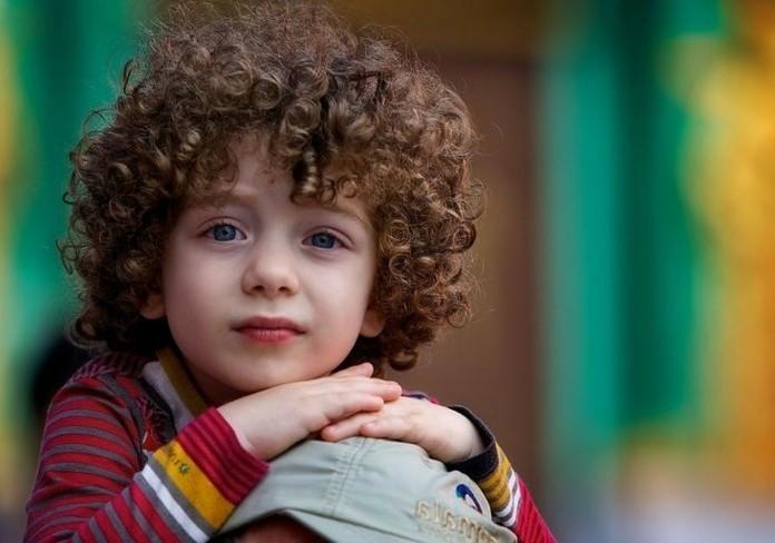 superbe-coupe-cheveux-garcon-pour-un-petit-garcon-aux-cheveux-boucles