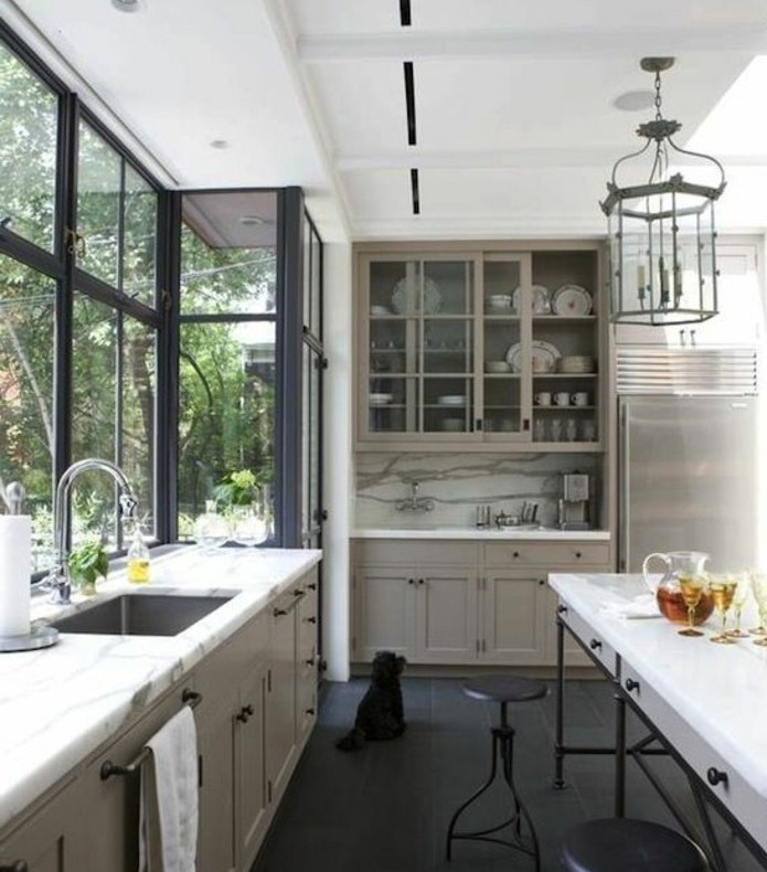 archzine.fr/wp-content/uploads/2016/10/superbe-cuisine-blanche-et-grise-très-élégante-meuble-de-cuisine-couleur-gris-taupe-plan-de-travail-et-crédence-en-marbre-style-raffiné-e1476861799912