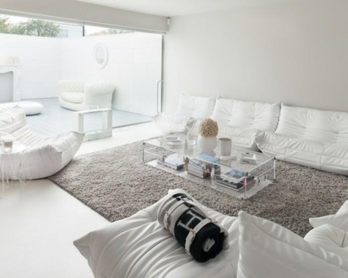 superbe-deco-salon-blanc-avec-un-tapis-gris-lignes-epurees-peinture-murale-et-meubles-blancs