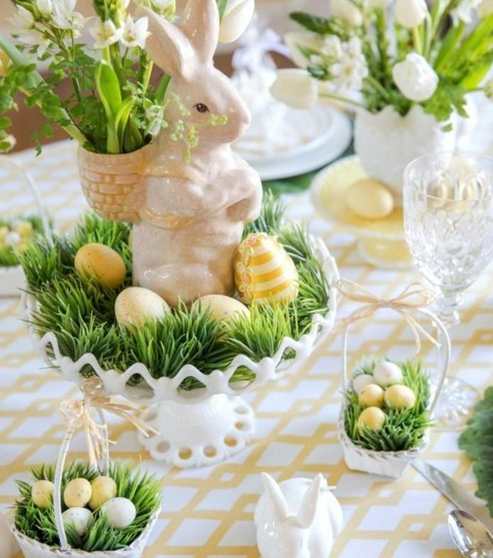 superbe-deco-table-paques-en-jaune-et-vert-petits-paniers-contenant-des-oeufs-et-de-l-herbe-petite-surprise-pour-chacun-des-invites
