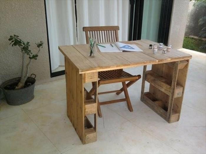 superbe-exemple-de-bureau-en-palette-installe-a-l-exteriuer-chaise-en-bois