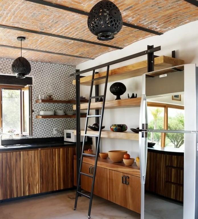 superbe-idee-comment-renover-sa-cuisine-plafond-en-briques-meubles-cuisine-en-bois-plan-de-travail-noir-escalier-loft