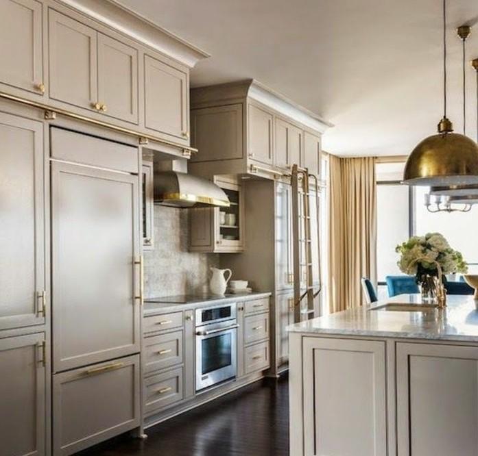 superbe-suggestion-cuisine-taupe-tres-elegante-avec-des-accents-dores-pour-un-interieur-magnifique