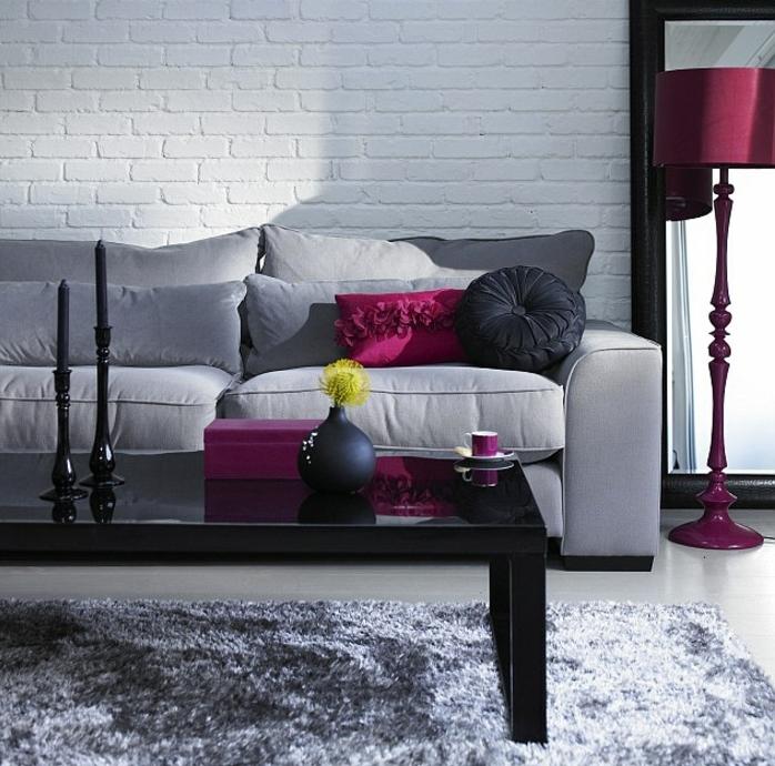 superbe-suggestion-salon-en-gris-et-blanc-mur-en-briques-blanche-canape-et-tapis-gris-table-noir-et-quelques-elements-deco-couleur-prune