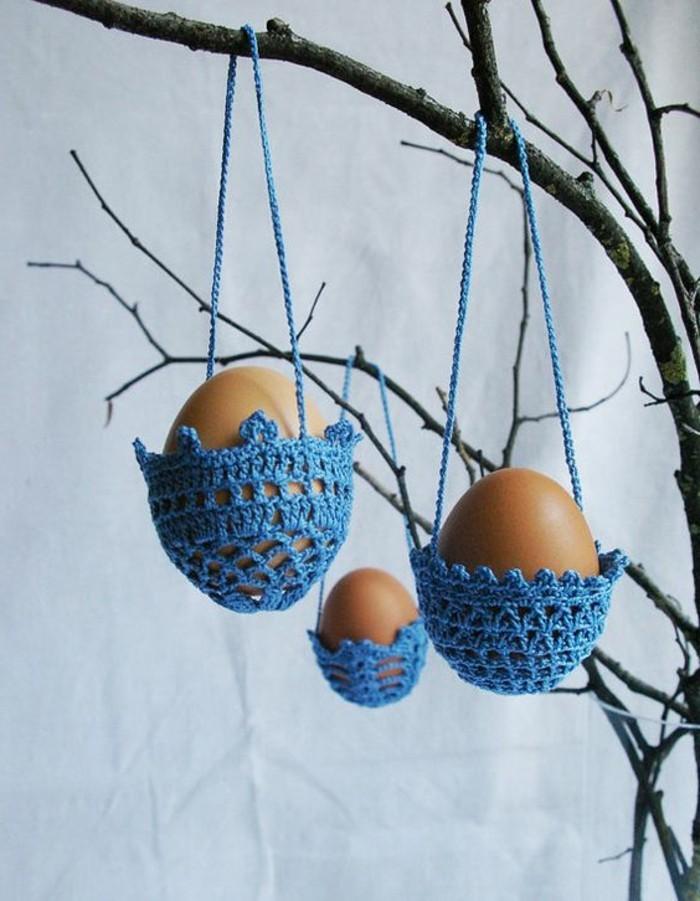 support-a-oeufs-bleus-tricotes-deco-paques-idee-deco-paques-geniale-la-suggestion-parfaite-pour-votre-arbre-de-paques