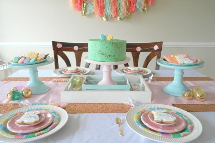 table-de-paques-couleurs-pastel-nuances-tres-douces-une-table-pleine-de-toute-sorte-de-gourmandises
