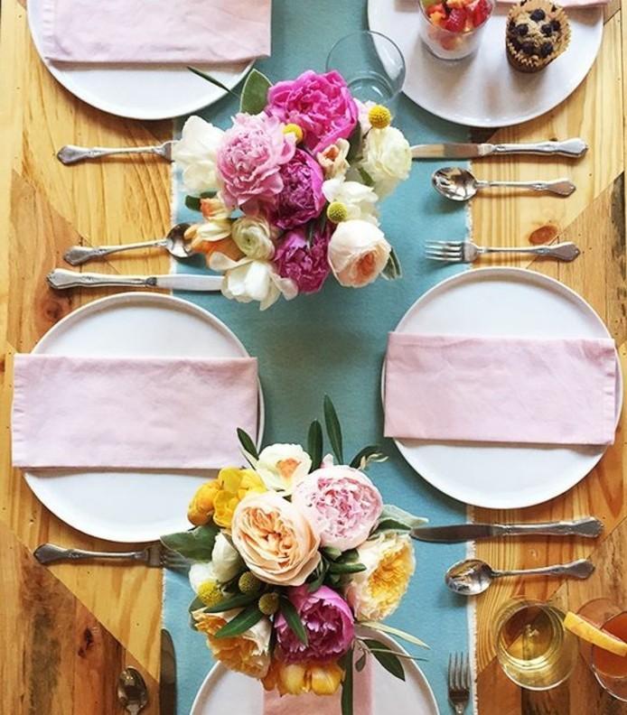 table-de-paques-d-inspiration-printaniere-gros-bouquet-de-fleurs-multicolores