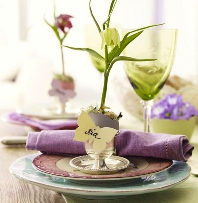 table-de-paques-personnalisee-un-joli-compliment-adresse-a-chacun-des-invites