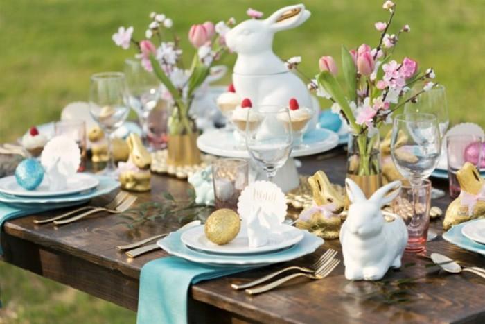 table-de-paques-qui-fait-preuve-d-attention-aux-details-decoration-empreinte-de-l-esprit-festif
