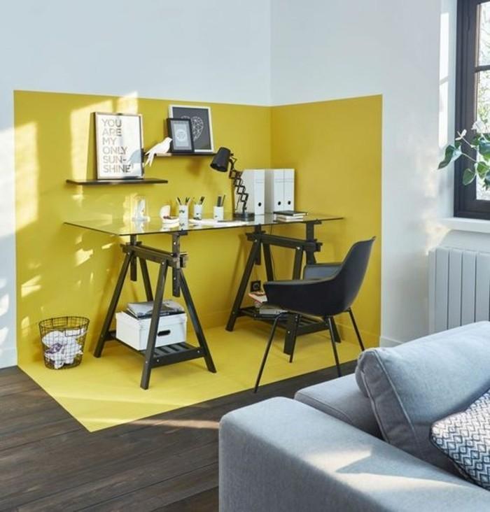 table-en-verre-canape-gris-sol-en-parquet-marron-fonce-salon-blanc-jaune-gris