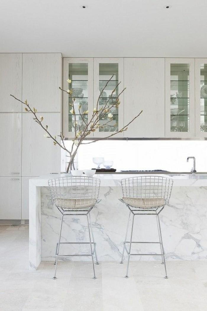tabourets-de-bar-marbre-blanc-mur-chaises-hautes