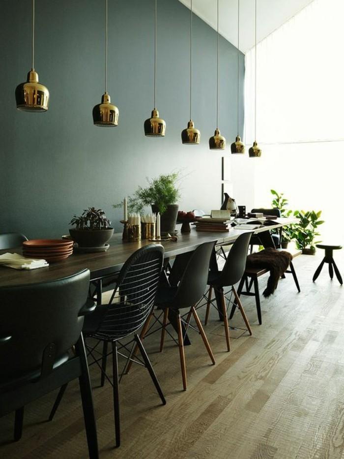 tabourets-de-bar-mur-obscure-gris-sol-en-bois