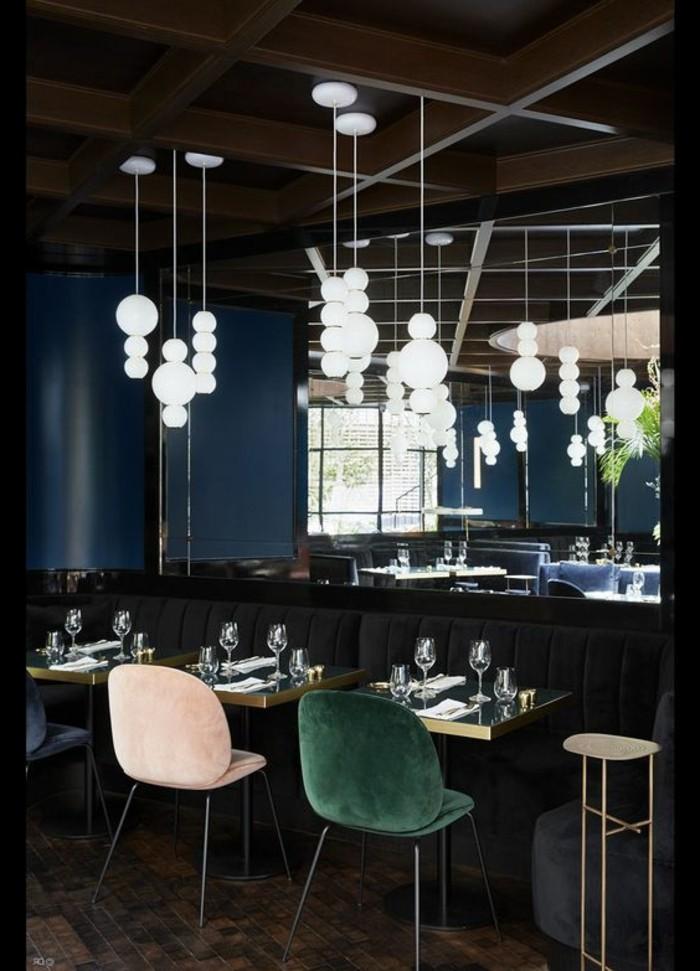 tabourets-de-bar-obscure-vert-blanc-salon-vaste-chic-moderne