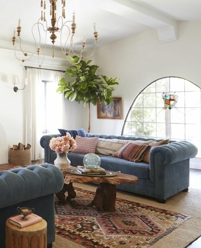 tapis-modernes-deux-canapé-une-table-un-lustre-une-fenêtre